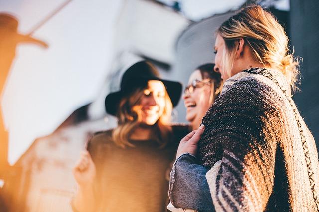 職場の女が群れるからウザい!職場の女性集団がウザい時の解決策