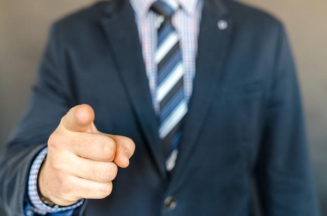 【傲慢】職場で威張る人がいる!威張って態度のでかい人への対処法