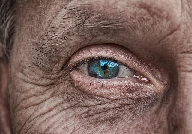 【死んだ魚】社畜は目が死んでる!目が死んでる人の特徴と対処法など